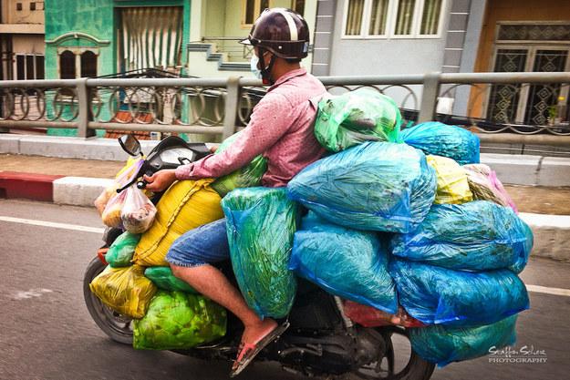 memes de motos - pila de bolsas