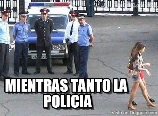 memes de policias - mientras tanto