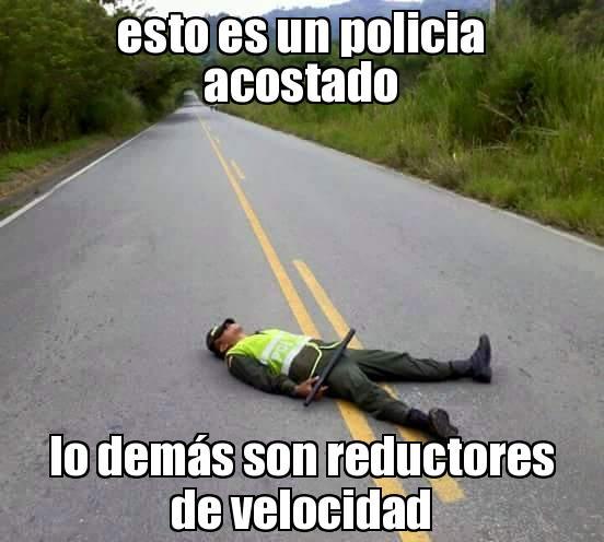 memes de policias - policia acostado