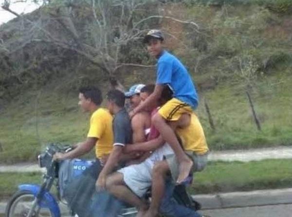 imagenes-graciosas-que-explican-porque-las-mujeres-viven-mas-que-los-hombres-6-en-una-moto