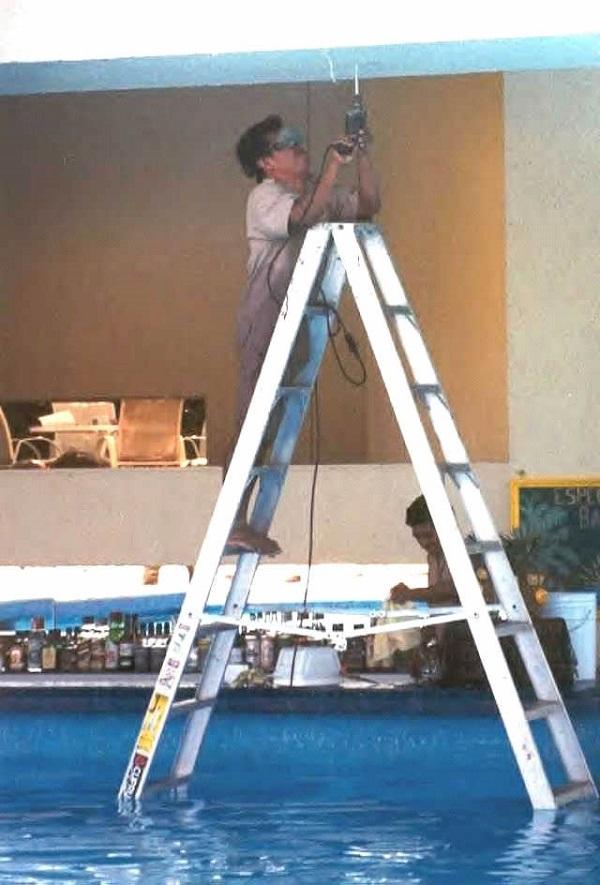 imagenes-graciosas-que-explican-porque-las-mujeres-viven-mas-que-los-hombres-electricista-en-el-agua
