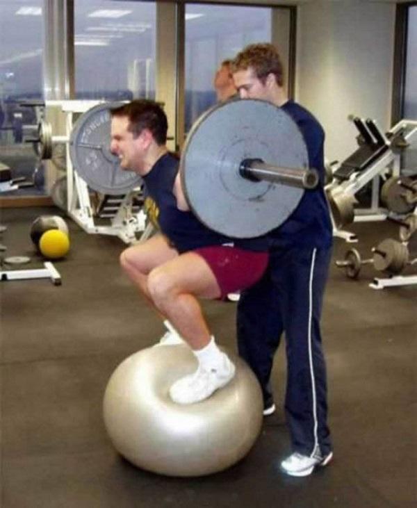 imagenes-graciosas-que-explican-porque-las-mujeres-viven-mas-que-los-hombres-en-el-gym