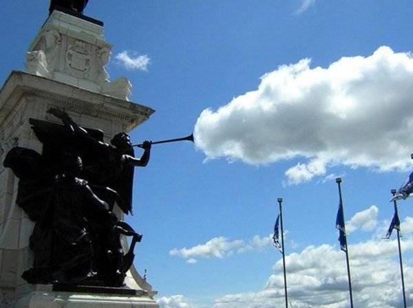 imagenes-chistosas-e-increibles-tomadas-en-el-momento-exacto-estatua-soplando-una-nube
