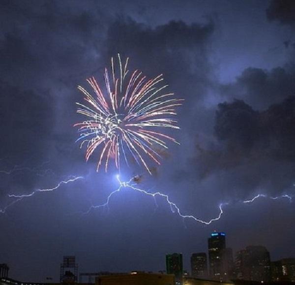 imagenes-chistosas-e-increibles-tomadas-en-el-momento-exacto-fuegos-artificiales